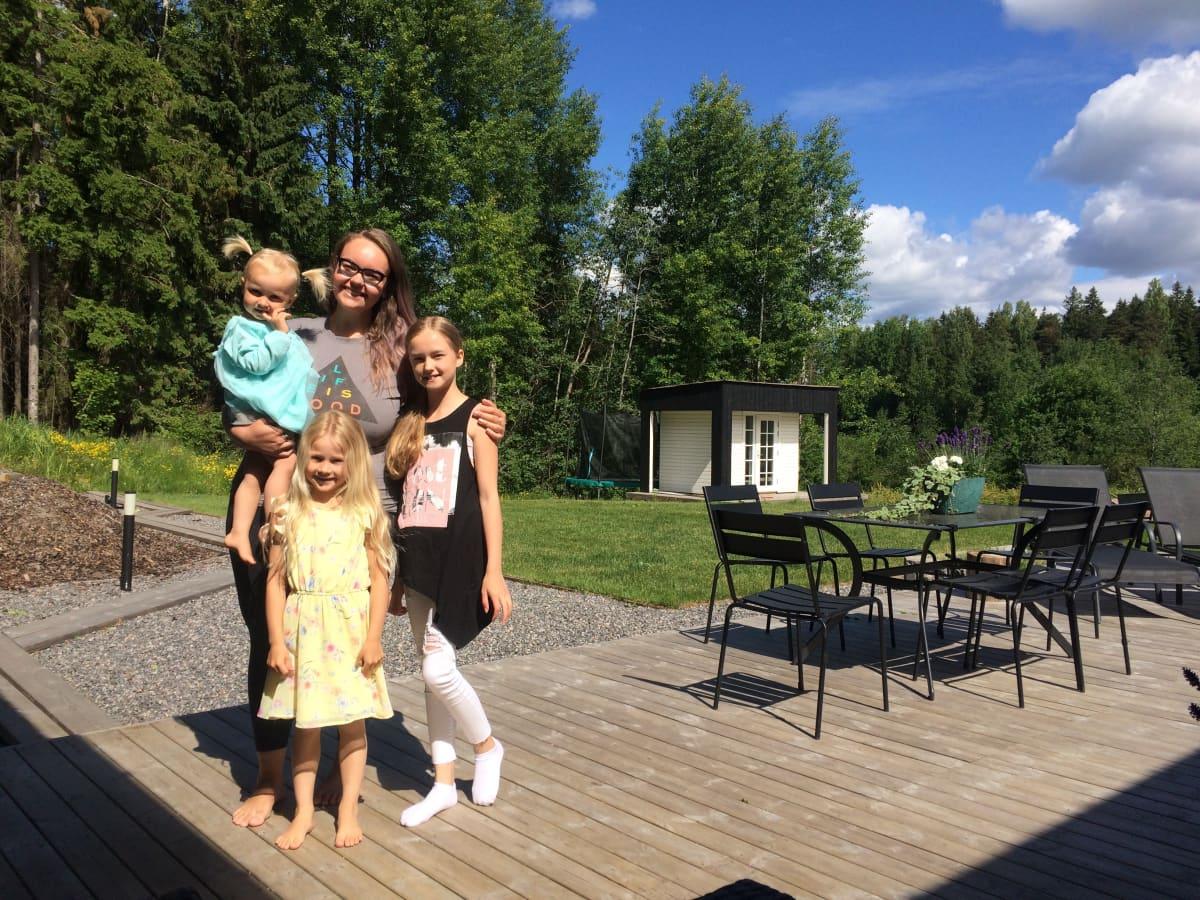 Brasilialainen au pair Fabiane Lopes ja isäntäperheen lapset Seelia, Aliisa ja Elsie Marin ovat nauttineet kesästä.