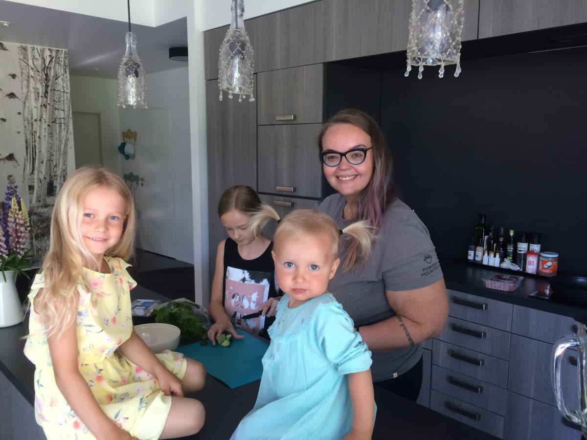 Fabiane Lopesin au pair-päivään kuuluu lasten kanssa kokkaaminen. Seelia seuraa vierestä, kun isommat siskot Elsie ja Alisa pilkkovat salaattitarpeita.