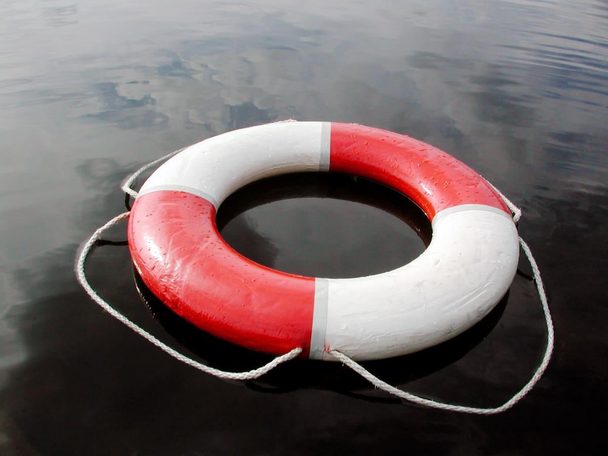 Pelastusrengas vedessä.