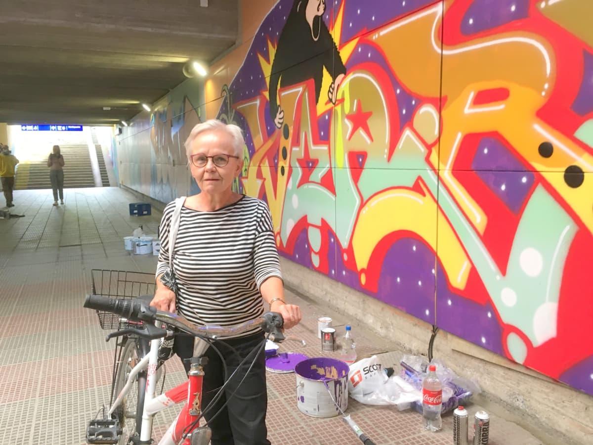 Pirjo Hokkanen ihasteli asematunnelin taideteosta.