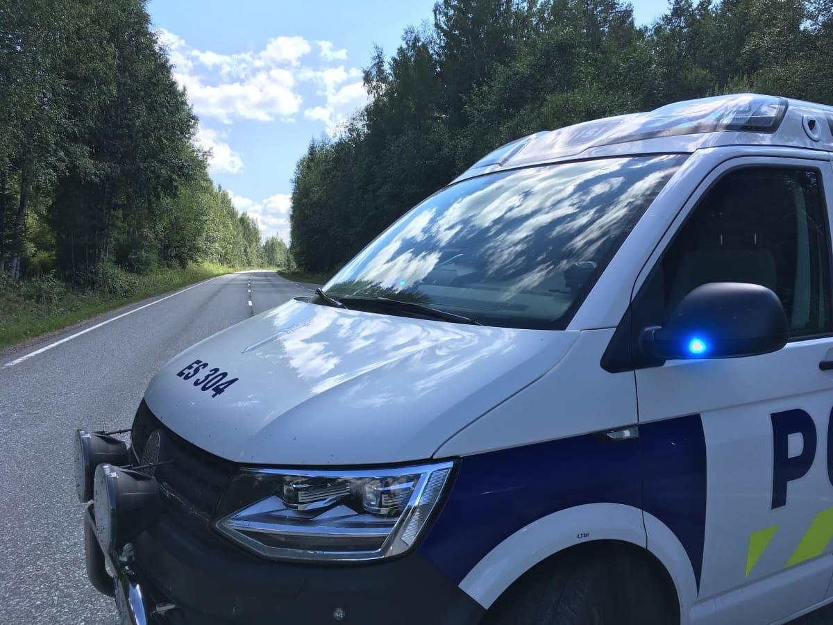 Poliisiauto Varpasentiellä Mämmijärventien risteyksessä Mäntyharjulla.