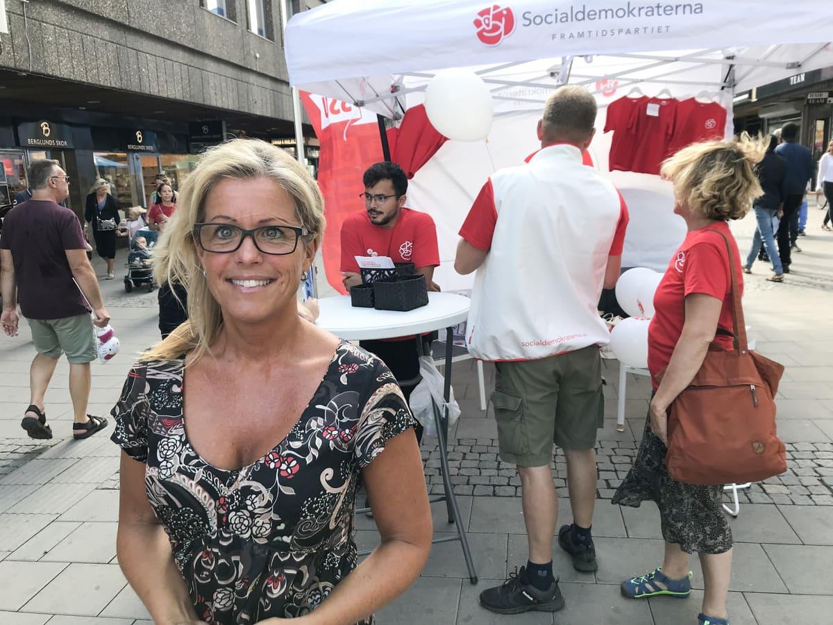 Etualalla sosiaalidemokraatti Åsa Wiklund-Lång, taustalla sosiaalidemokraattien teltta.