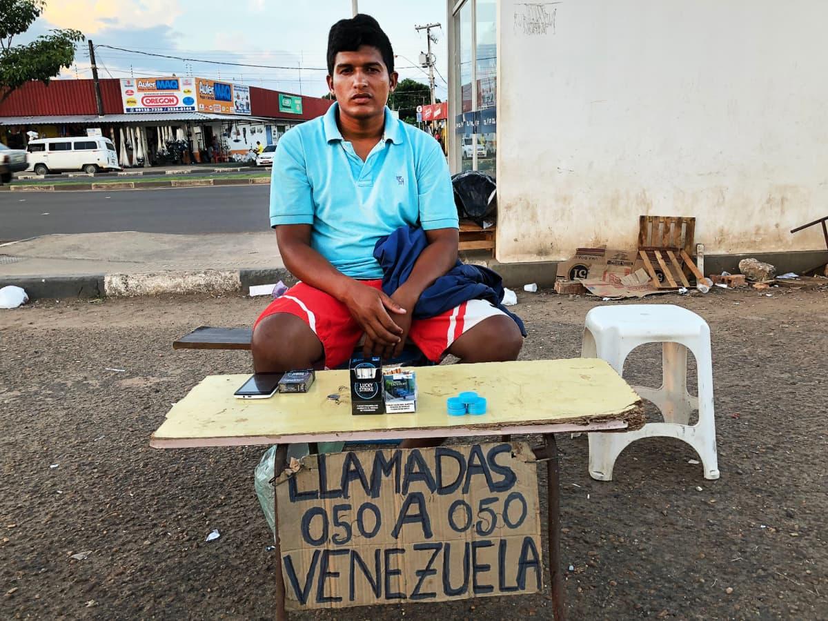 Geiskerson Sanchez myy Boa Vistan linja-autoaseman läheisyydessä WhatsApp-puheluita Venezuelaan.