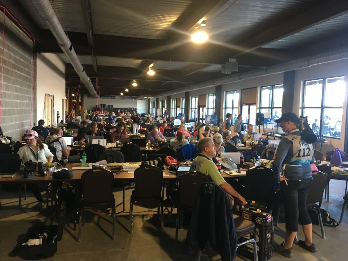 Lehdistökeskuksessa riittää yleensä suhinaa, mutta sunnuntaina on ollut hiljaista. Kisoissa on yli 1000 lehdistön edustajaa.