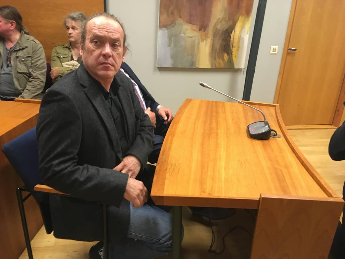 Pantse Syrjä odottaa oikeusistuntoa.
