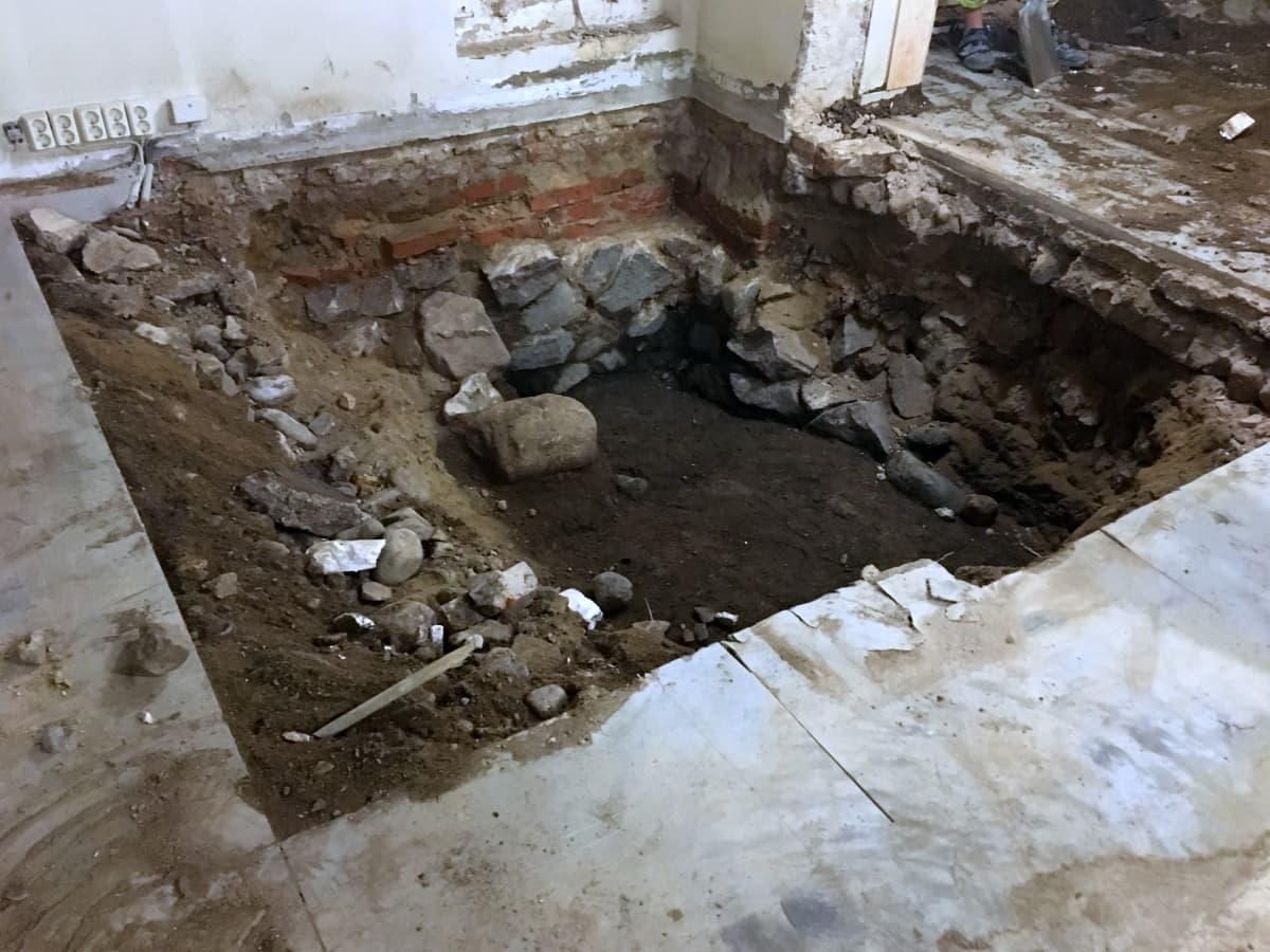 Entisen tulli- ja pakkahuoneen korjaustyömaalta on tähän mennessä löytynyt muun muassa keramiikkaa, eläinten luita ja koriste-esineitä 1600- ja 1700-lukujen taitteesta.