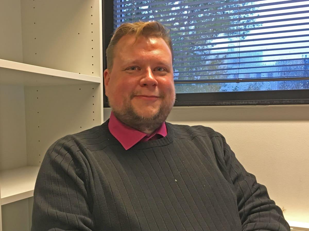 Tutkijatohtori Mikko Poutanen työhuoneessaan Tampereen yliopistolla