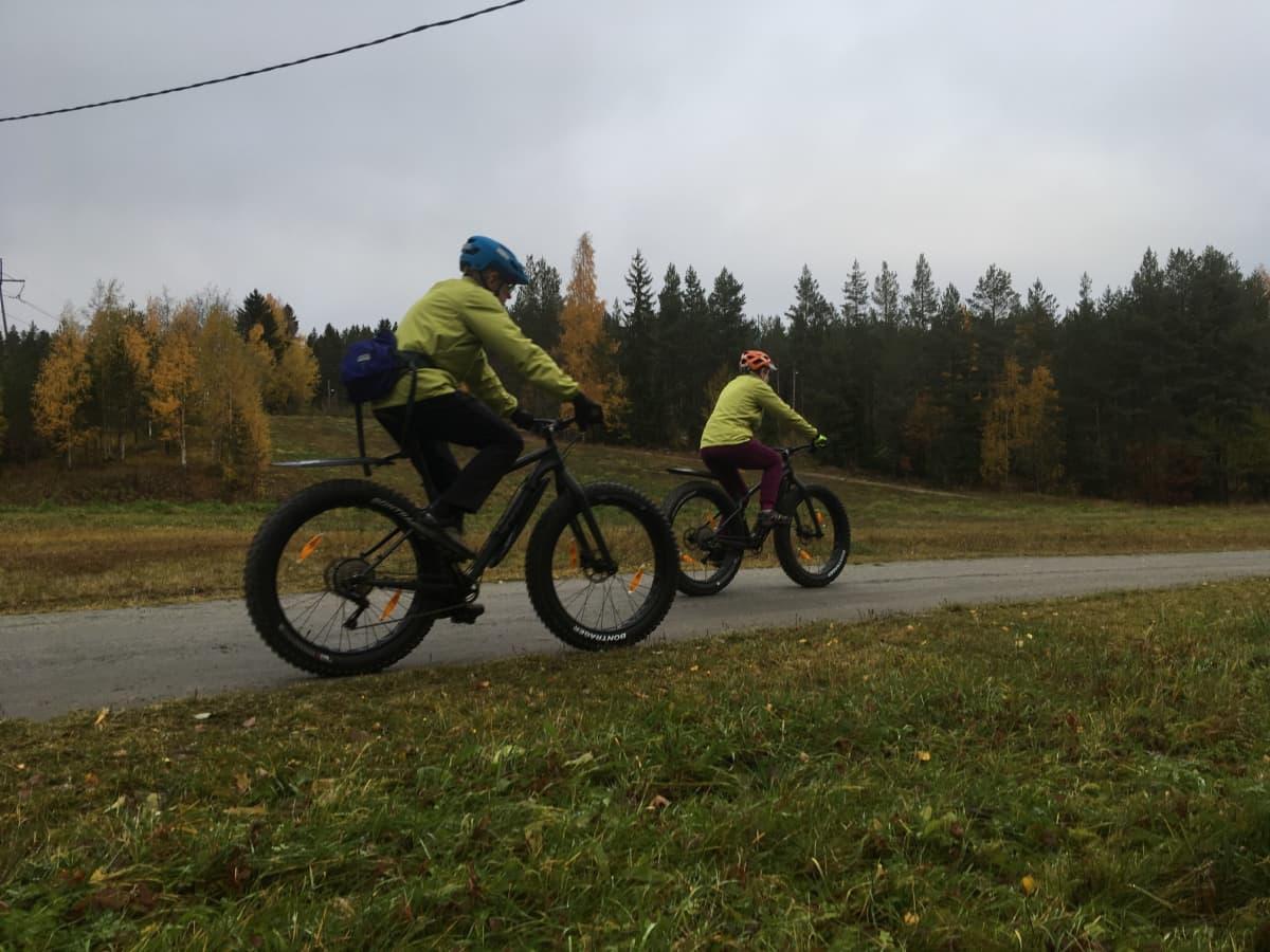 pyöräilijöitä maastossa
