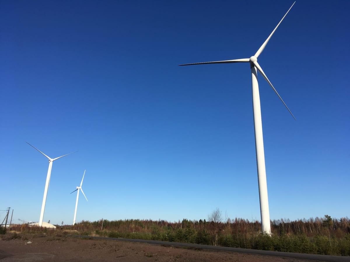 Tuulivoimaloita Haminan Mäkelänkankaalla.