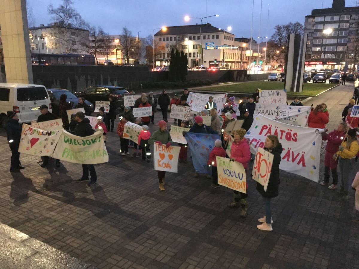 Oppilaat ja heidän vanhempansa järjestivät mielenilmauksen ennen Kouvolan kaupunginvaltuuston kokousta