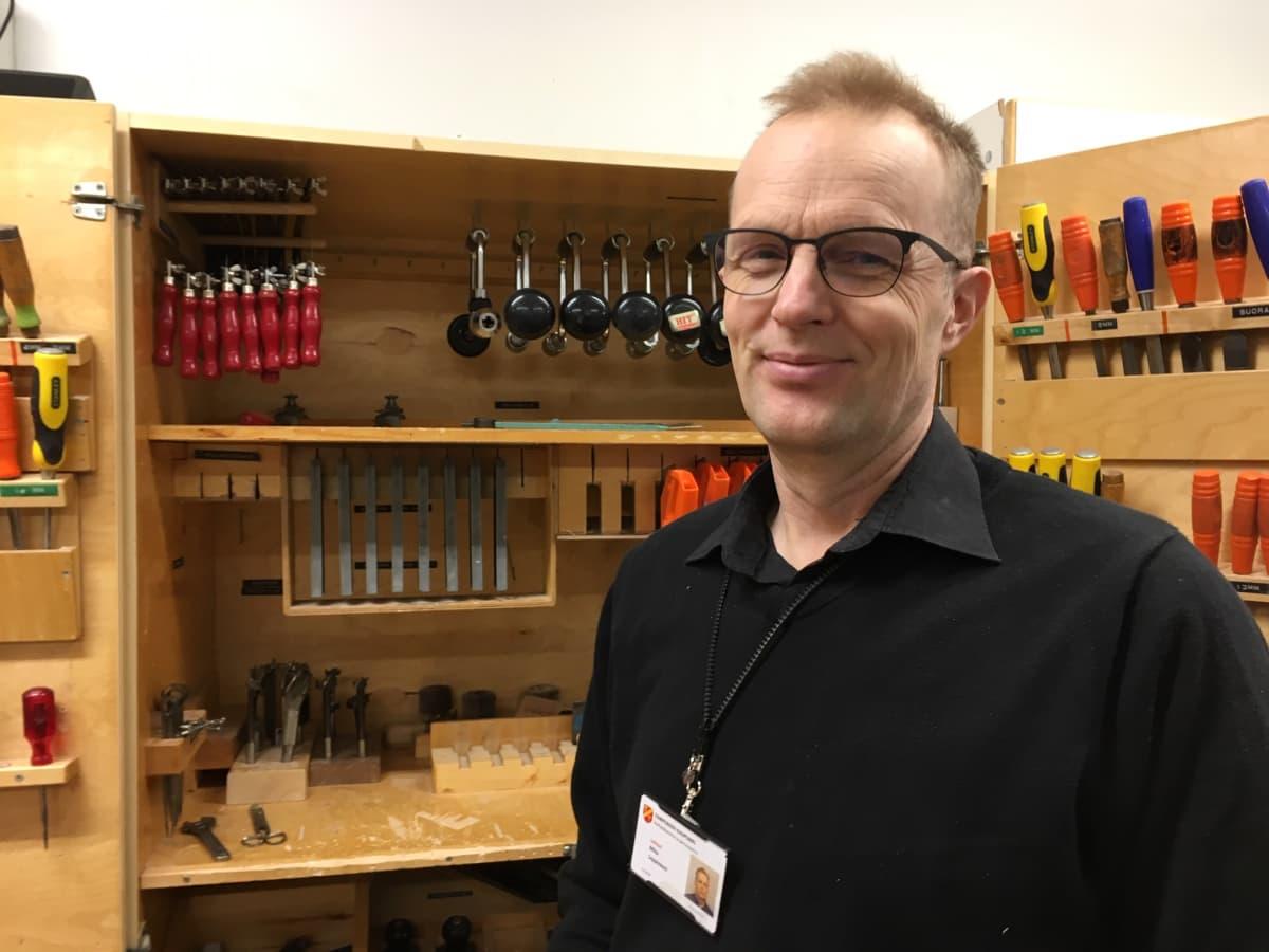 käsityönopetteja Mika Leppiniemi teknisen työn luokassa