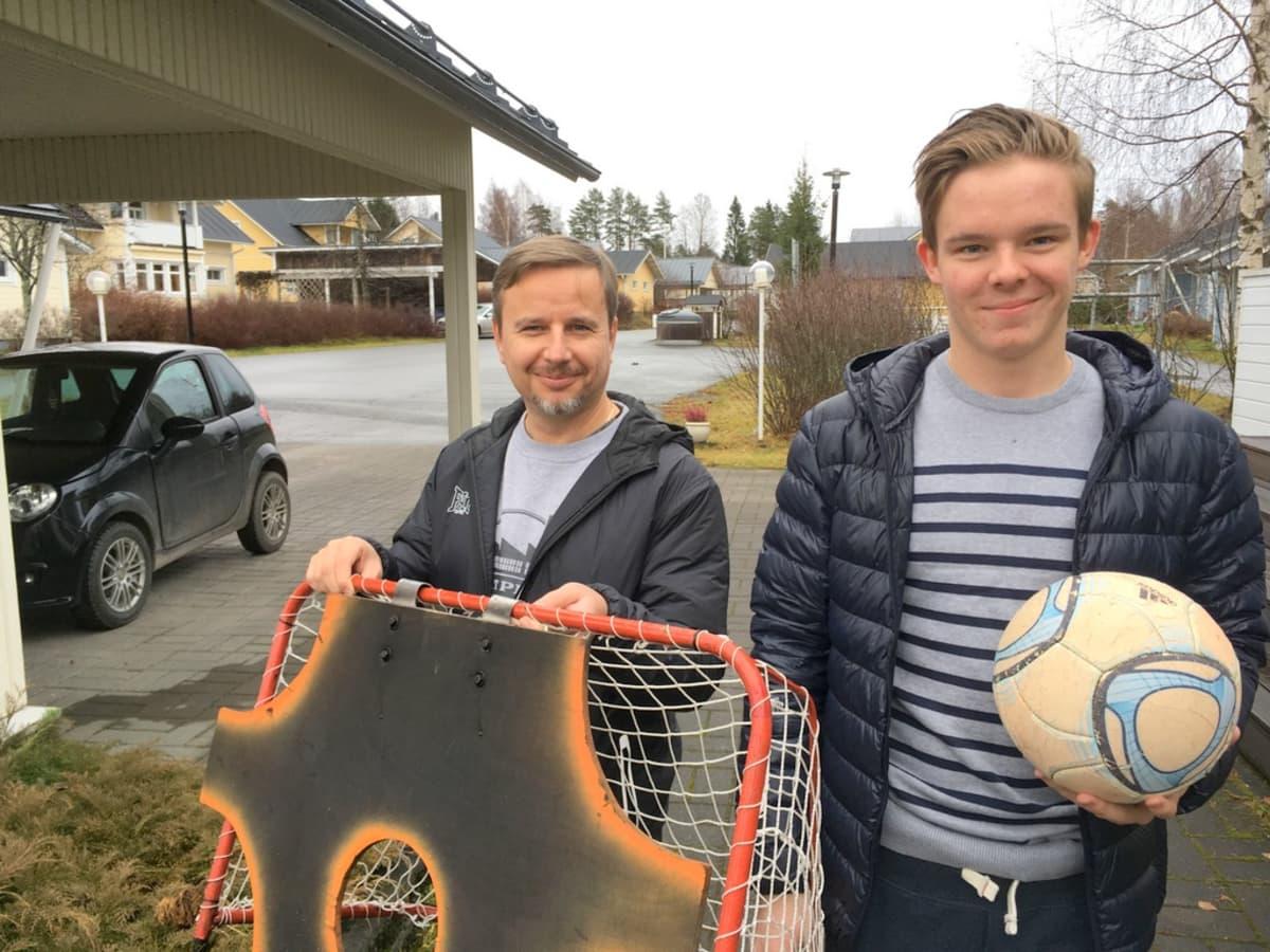 Asukasyhdistyksen puheenjohtaja Kari Saukkonen ja Jukureiden maalivahti Eetu Randelin Orijärvelle tyypillisen kujan päässä.