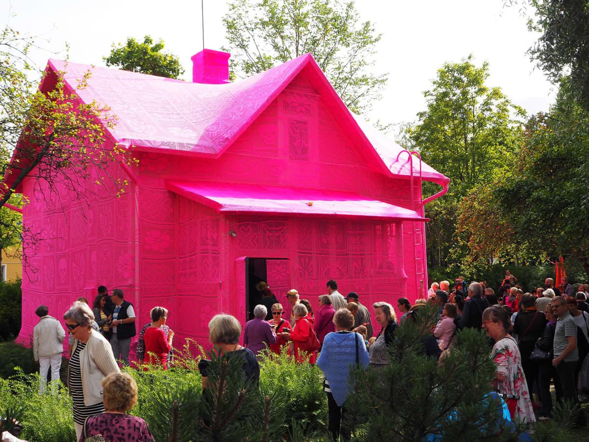 Vaaleanpunainen virkattu talo Keravalla.