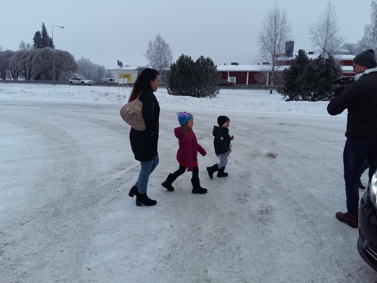 Karoliina Tervola ja lapset Veikko ja Victoria kävelevät lumella
