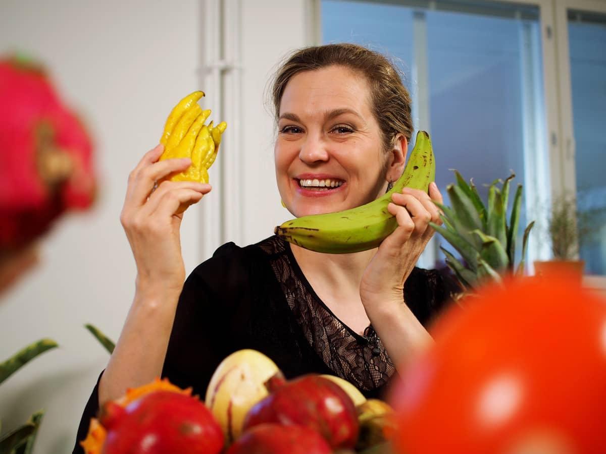 Tuulianna kädessään banaani ja buddhan käsi -hedelmä.