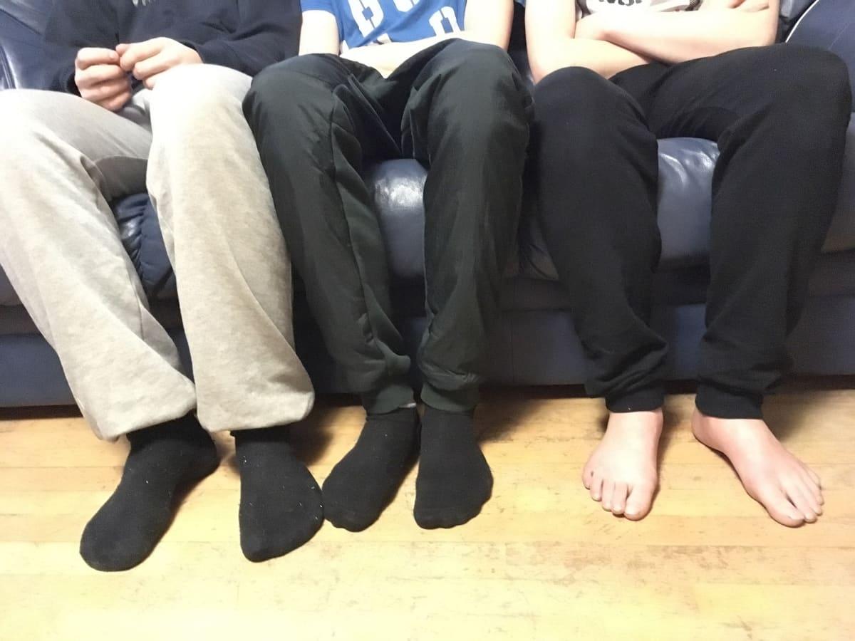 Lapset sohvalla.