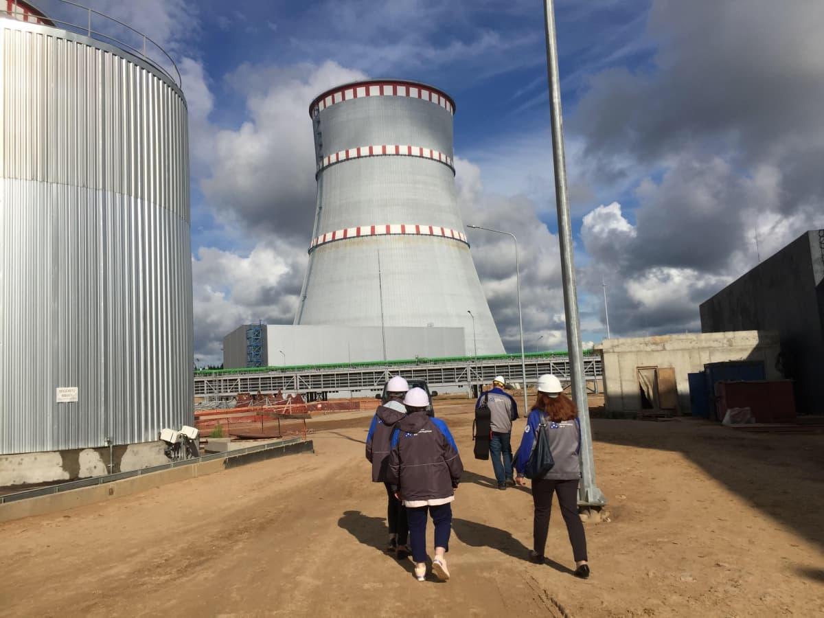 Venäjällä uusiin ydinvoimaloihin on rakennettava jäähdytystornit. Tällaisia ei ole Suomeen tulossa, vaan jäähdytys tapahtuu merivedellä.