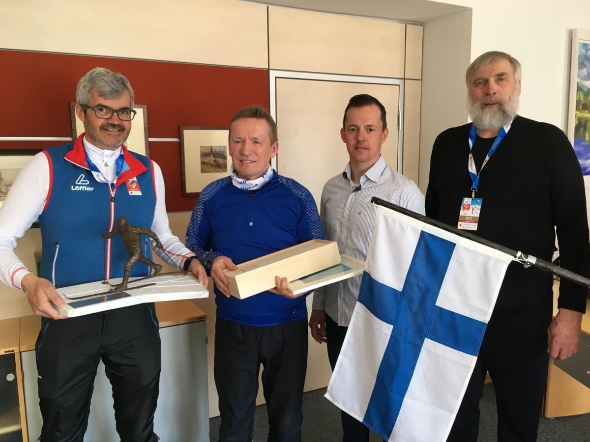 Seefeldin pormestari Werner Frießer kannattelee Mäntyranta-patsasta. Kuvassa myö Pellon kunnanjohtaja Eero Ylitalo sekä Sami Jauhojärvi ja Juha Mieto.