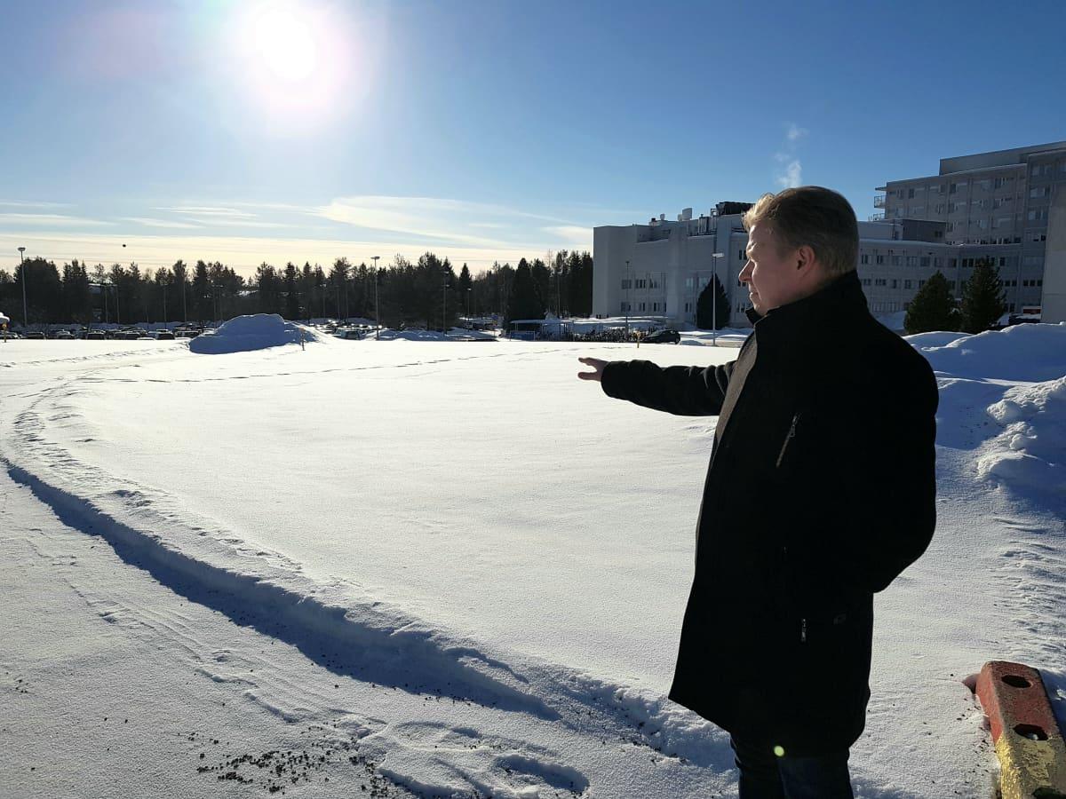 Lapin keskussairaalan laajennushankkeen projektipäällikkö Janne Keskinarkaus helikopterikentän vieressä.