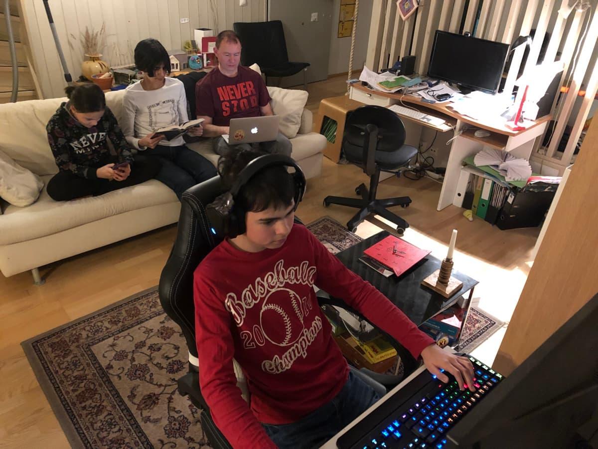 Sohvalla Vendla kännykällä, Katri lukemassa kirjaa, Dima kannettavalla ja Rodja pelaamassa tietokoneella
