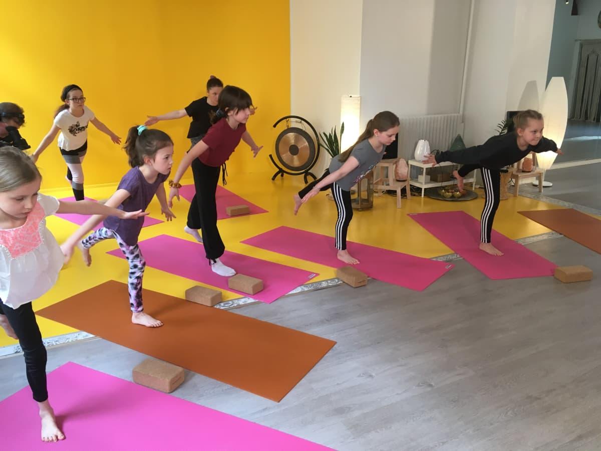 Lasten joogassa liikkeitä tehdään mielikuvien avulla
