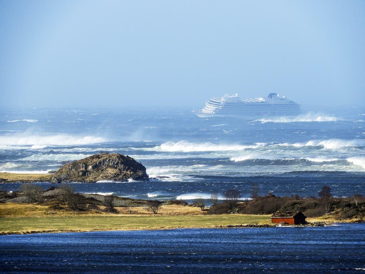 Vikin Sky -risteilijä ajautumassa kohti rantaa Hustadvikassa Norjassa.
