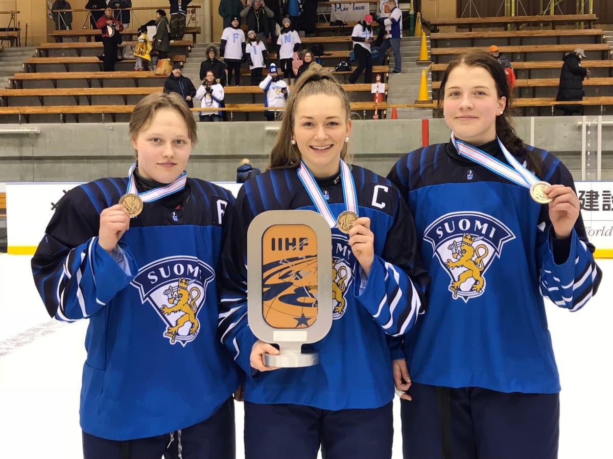 Viivi Vainikka (vas), Nelli Laitinen ja Emilia Vesa saavuttivat alle 18-vuotiaiden MM-kisoissa pronssia. Vainikka ja Laitinen valittiin myös naisten MM-joukkueeseen.