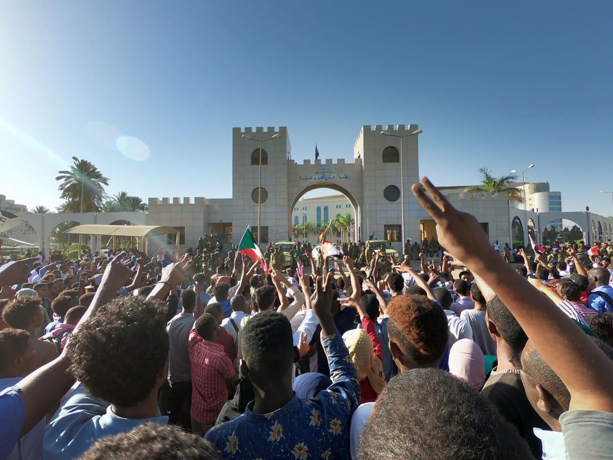 Mielenosoittajat olivat Sudanin armeijan päämajan edustalla Khartumissa sunnuntaina jo toista päivää.
