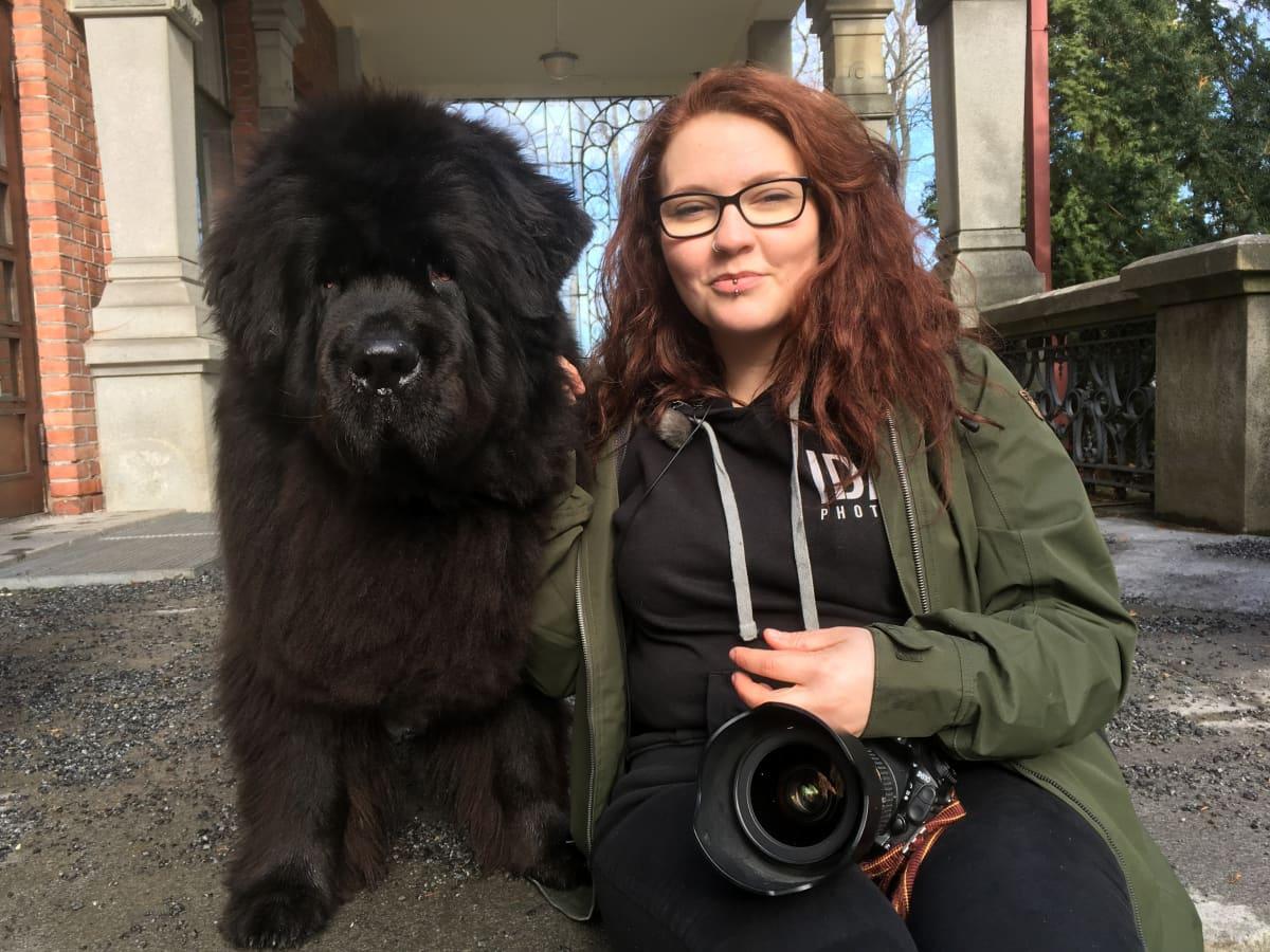 Valokuvaaja Ida Lehtonen ja suuri musta koira