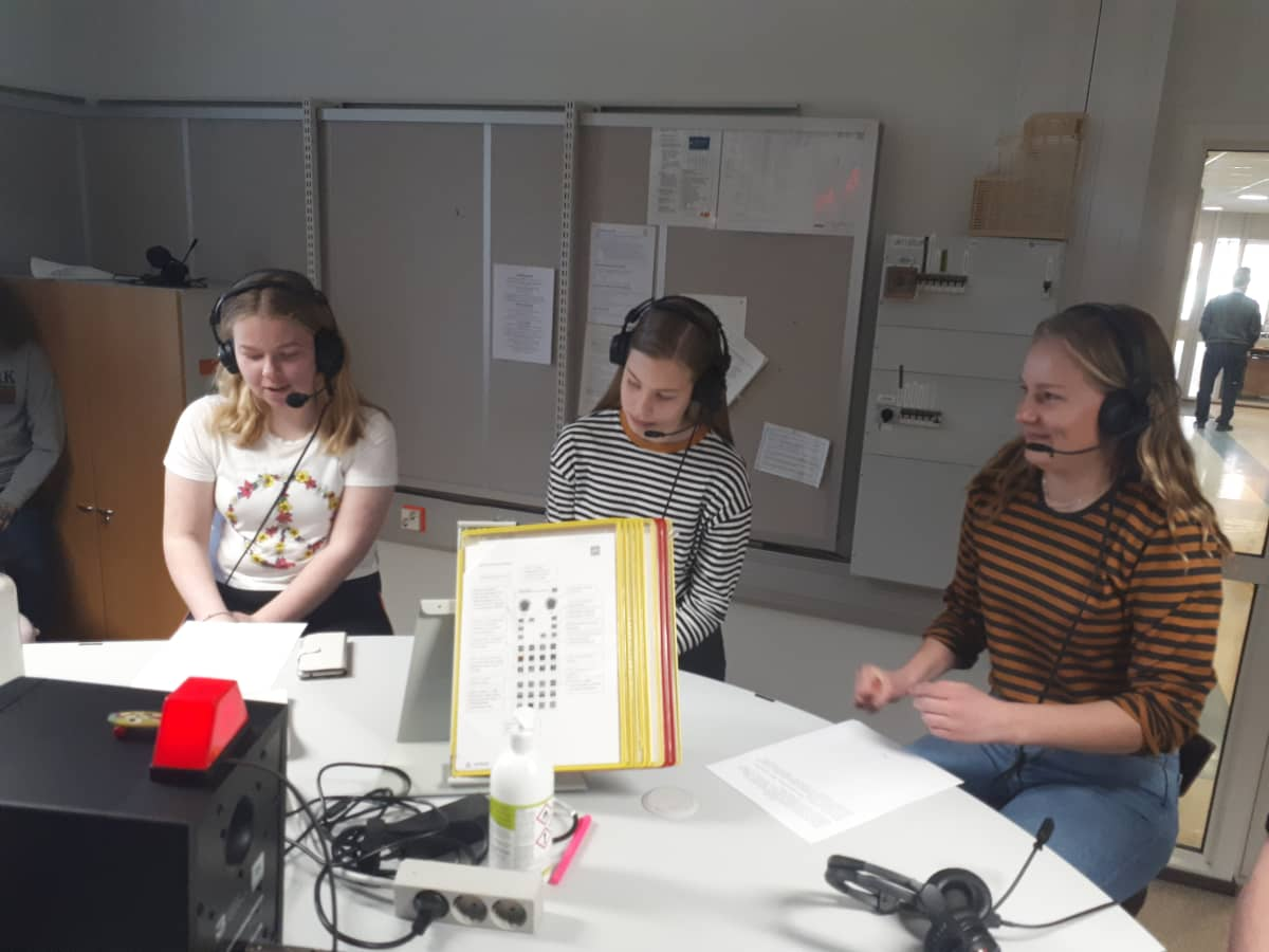 9:30 Yle uutiset Pohjanmaalta toimittavat uutisluokkalaiset Emmalotta Pensonen, Karoliina Krook ja Siiri Ehrnrooth.