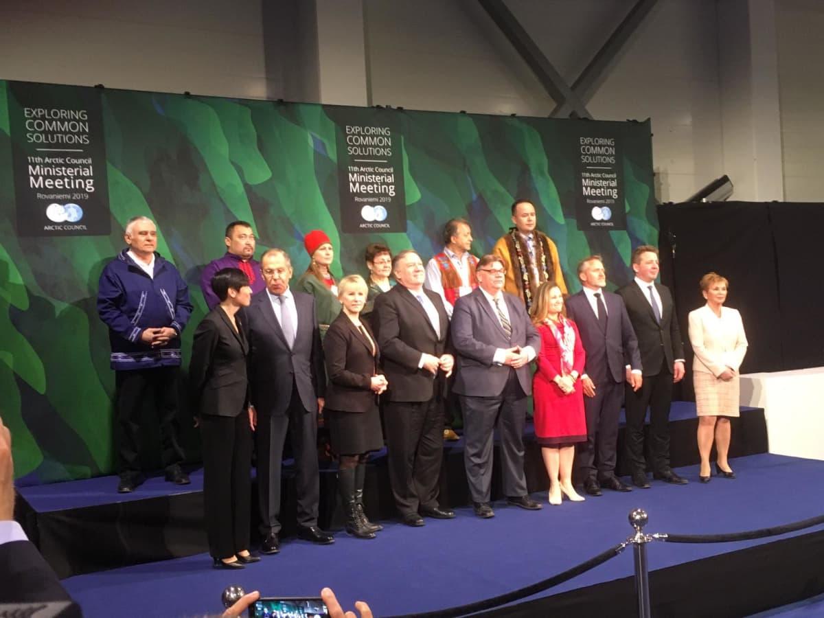 Arktisten maiden ulkoministerit perhepotretissa Rovaniemen Lappi Areenalla toukokuussa 2019.
