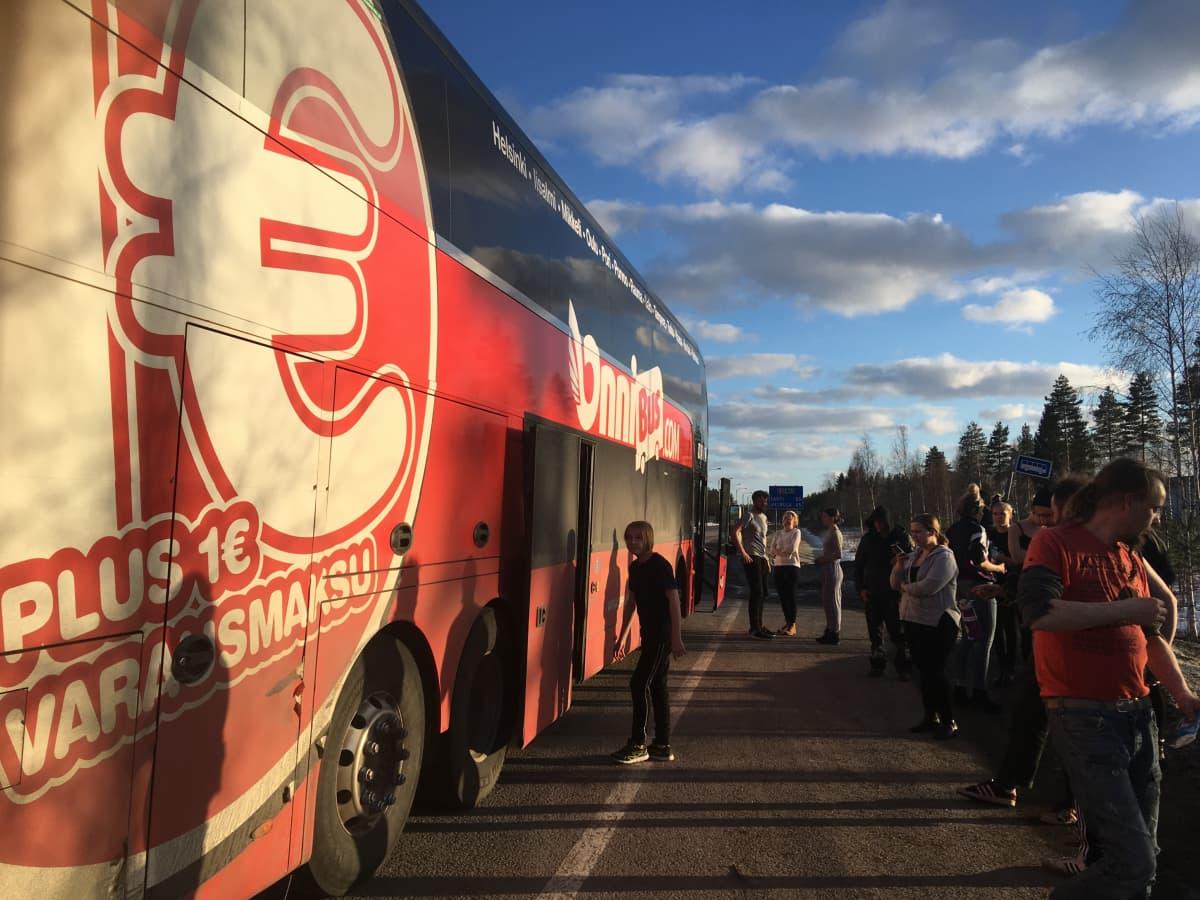 Onnibus on pysähtynyt tien varteen, koska bussissa tuli liian kuuma ilmastointilaitteen mentyä rikki.