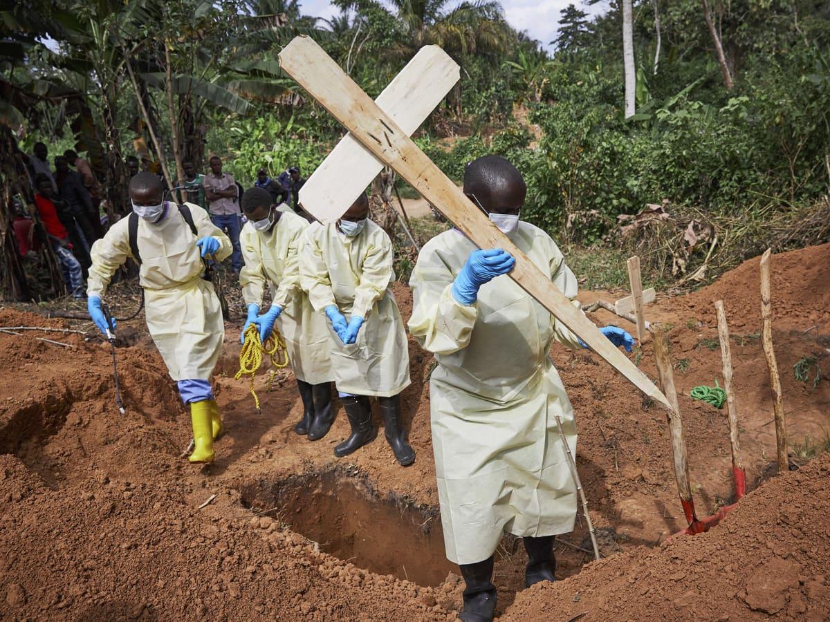 Viranomaiset hautaavat ebolaan kuolleen pikkulapsen pohjois-Kivun maakunnassa 5. toukokuuta.