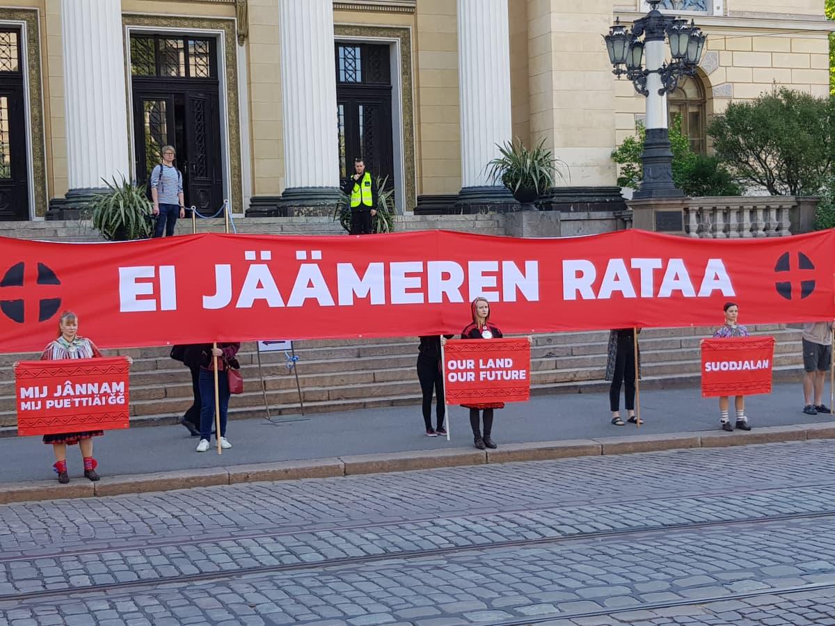 Saamelaisnuorten mielenosoitus Jäämerenrataa vastaan Helsingin Säätytalolla 22. toukokuuta 2019.