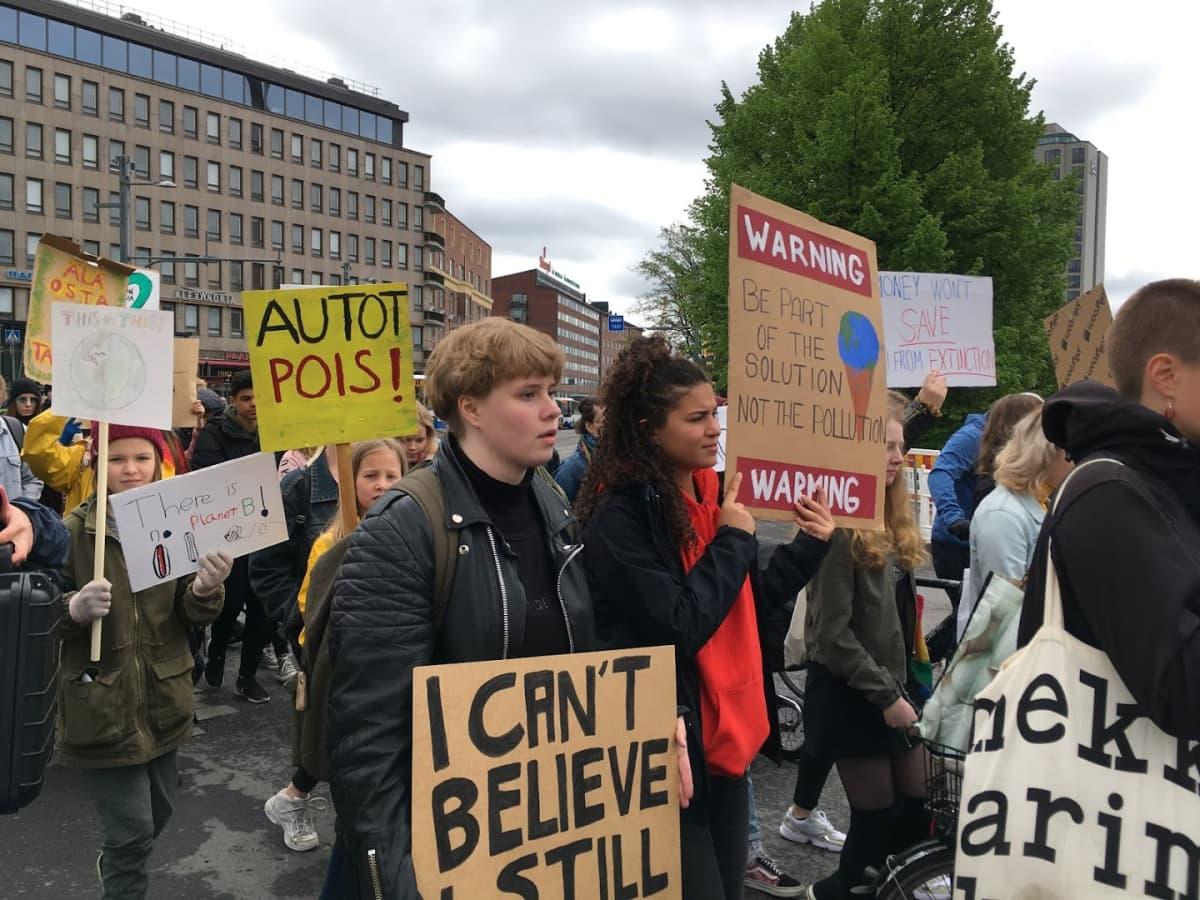 Ilmastolakkolaiset marssivat Koskipuistossa Tampereella
