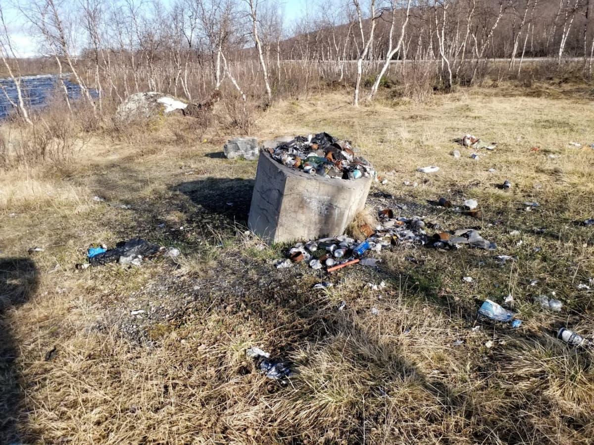 Iitonsuvannon parkkipaikan roskat