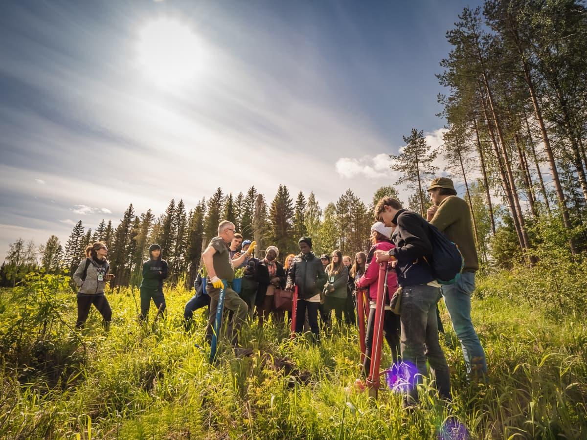 Maailman koululaisten ilmastokokouksen nuoria istuttamassa puun taimia Pohjois-Karjalassa toukokuussa 2019.