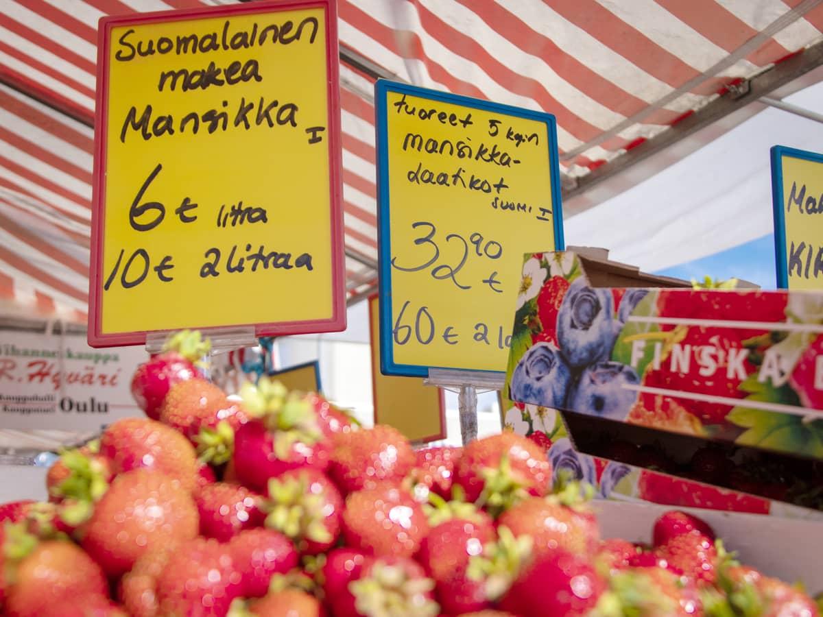 Mansikoita Oulun torilla.