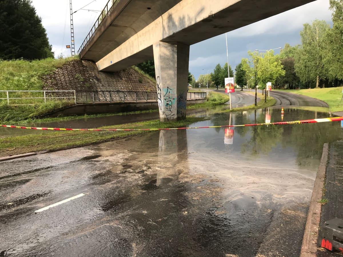 Vesi tulvii rankkasateen jälkeen Lappeenrannan Hietalankadulla.