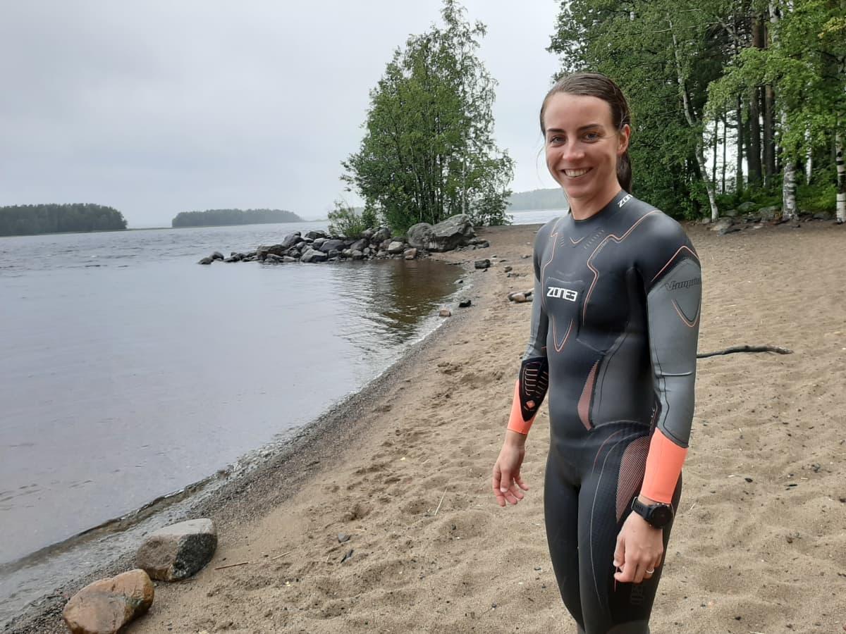 Iina Lumiaho Honkanimen uimarannalla.