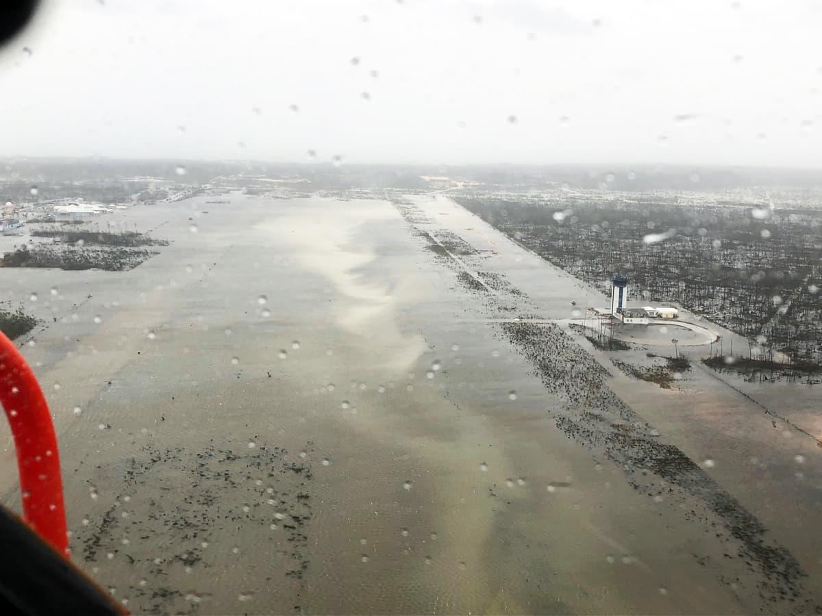 Ilmakuva tulvaveden vallassa olevasta lentoasemasta Bahamalla.