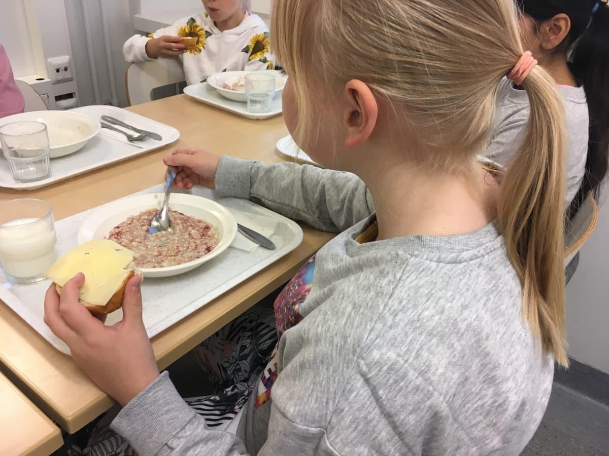 Oppilaita syömässä aamiaista Kärpäsen koulussa Lahdessa.