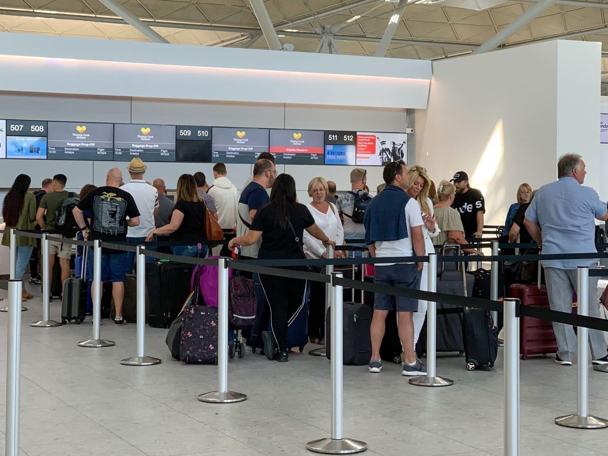 Thomas Cookin matkustajat jonottivat lähtöselvitykseen lauantaina Stanstedin lentokentällä.