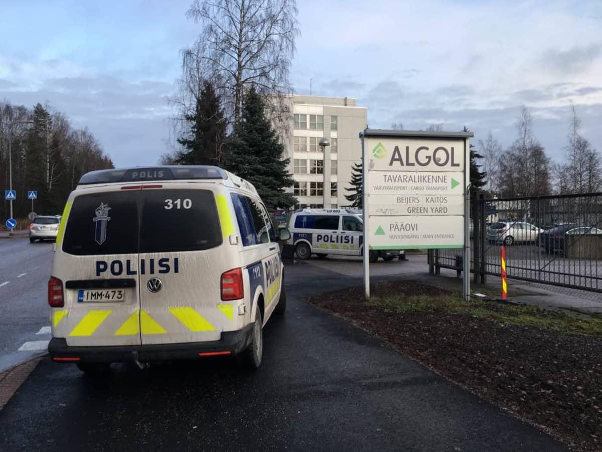 Poliisiautoja Espoon Karapellontiellä.