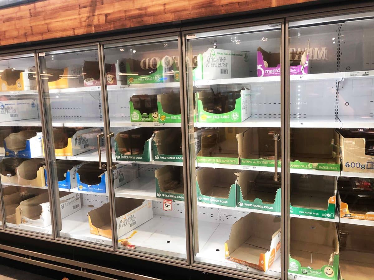 Tyhjä kylmäkaappi ruokakaupassa.