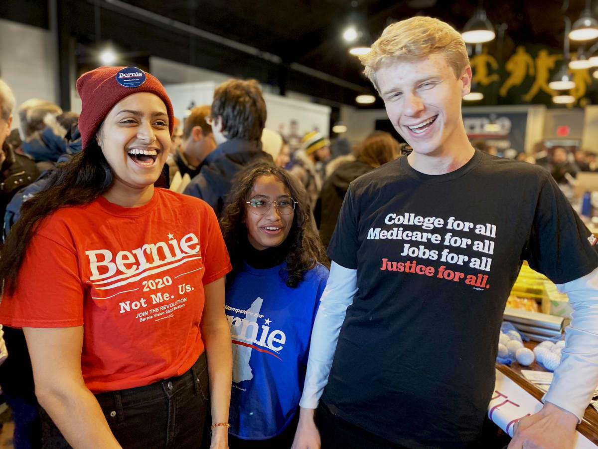 Kolme nuorta Bernie-paidoissaan
