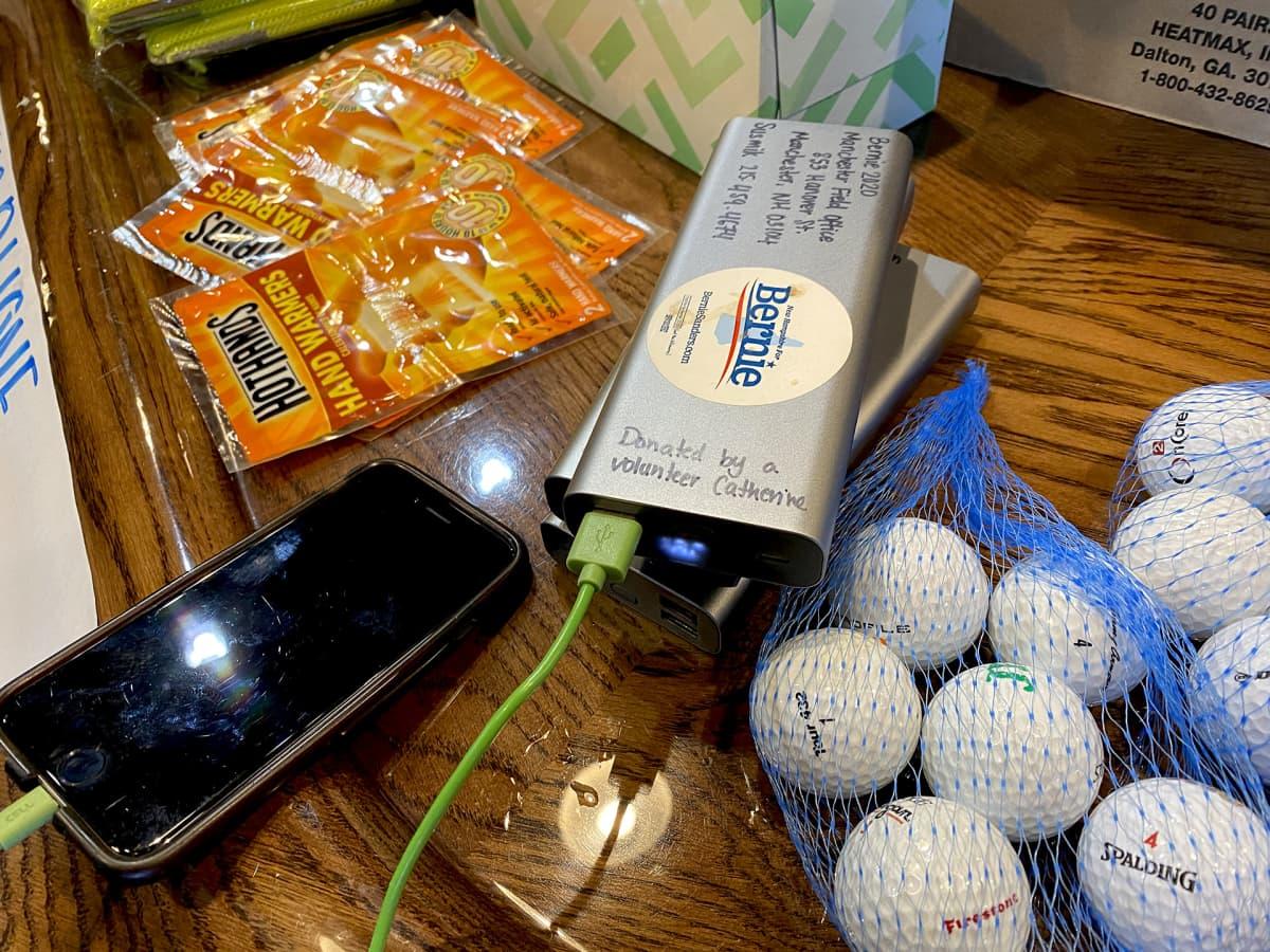 Lähikuvassa golfpalloja ja kädenlämmittimiä yms.
