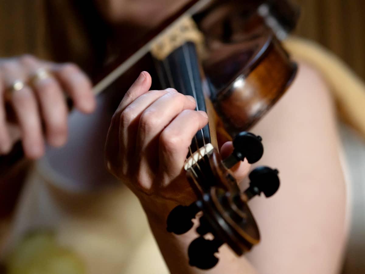Nainen soittaa viulua.