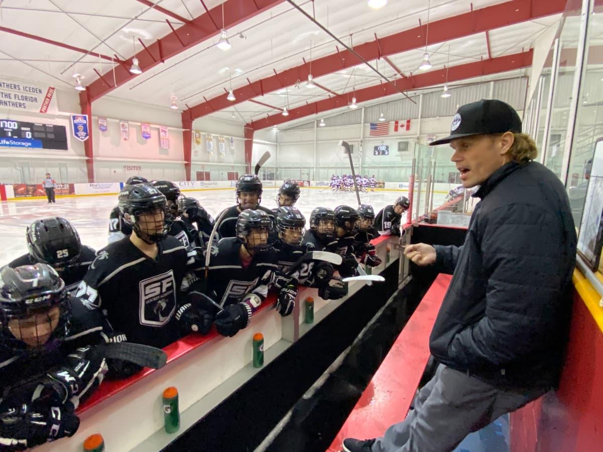 Olli Jokinen ohjeistaa valmennettaviaan junioreiden jääharjoituksissa.