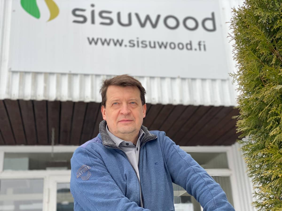 Juha Kontio on puuseppätehtaan perinteitä Juvalla jatkavan Sisuwoodin hallituksen puheenjohtaja.